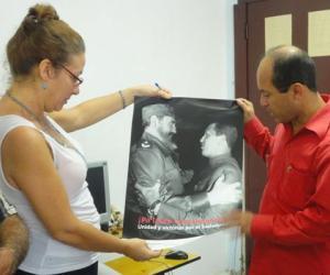 Directora del Sierra Maestra recibe obsequio del embajador venezolano.