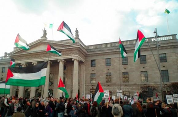 """Cientos de personas se congregaron en Dublín, Irlanda. En la ciudad de Nueva York, EE.UU., activistas civiles y por los derechos humanos denunciaron el respaldo de Washington a los ataques y corearon eslóganes como """"Palestina Libre""""."""