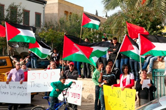 """Manifestantes en Nazaret, Israel. En Egipto, miles de personas se concentraron en la plaza de la Liberación o plaza Tahrir, en El Cairo, donde se pudieron oír gritos de """"muerte a Israel"""". Se organizaron marchas de oposición a los ataques de Israel también en el Líbano, Irán y Turquía. Además, cientos de personas asistieron a la concentración celebrada en Cisjordania, donde se veían numerosas banderas verdes de Hamás."""