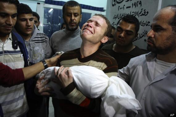 Jihad Masharawi sostiene el cadáver de su hijo de 11 meses. Foto: AP