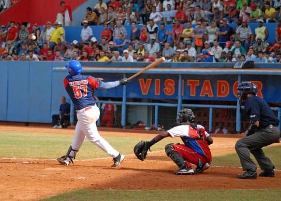 Partido entre Artemisa y Camagüey, correspondiente a la 52 Serie Nacional de Béisbol, celebrado en el estadio camagüeyano Cándido González, el 27 de noviembre de 2012.   AIN   FOTO/ Rodolfo BLANCO CUE