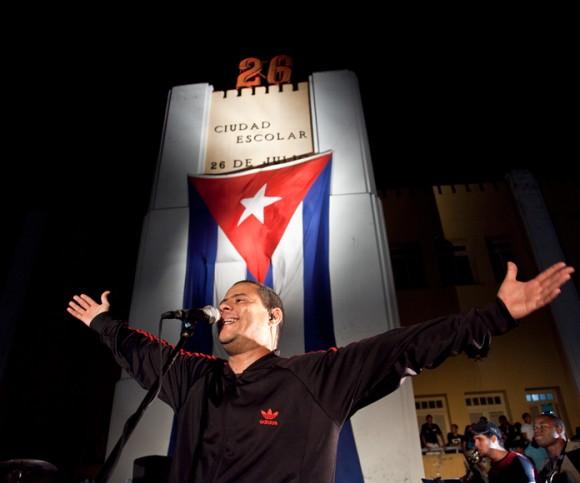 Buena Fe en Santiago de Cuba. Concierto ante el Moncada. Foto: Gabriel Dávalos