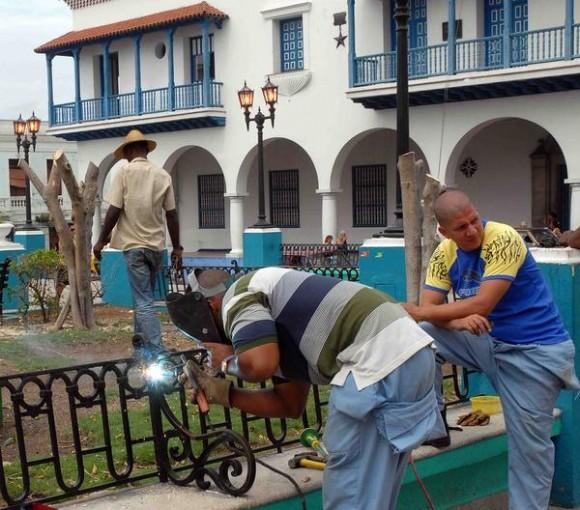 Trabajadores de Comunales limpian y reparan daños en el parque de Céspedes de Santiago de Cuba después del desbastador huracán Sandy, noviembre de 2012.AIN FOTO/Miguel RUBIERA JUSTIZ