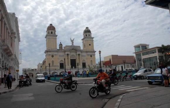 El parque de Céspedes de Santiago de Cuba recobra vida después del devastador huracán Sandy, noviembre de 2012.AIN FOTO/Miguel RUBIERA JUSTIZ
