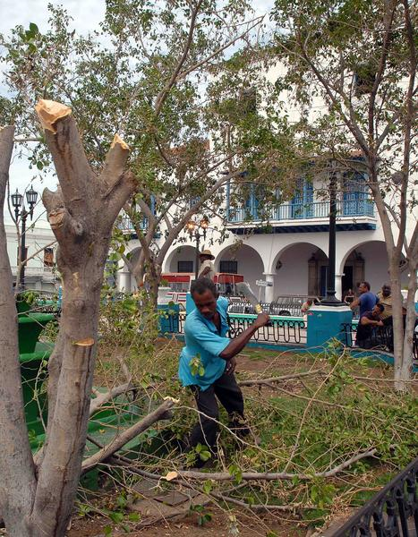 Trabajadores de Comunales limpian y reparan daños en el parque de Céspedes de Santiago de Cuba después del devastador huracán Sandy, noviembre de 2012.AIN FOTO/Miguel RUBIERA JUSTIZ