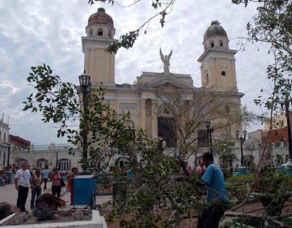 Trabajadores de Comunales limpian y reparan daños en el Parque Céspedes de Santiago de Cuba después del devastador huracán Sandy, noviembre de 2012.AIN FOTO/Miguel RUBIERA JUSTIZ