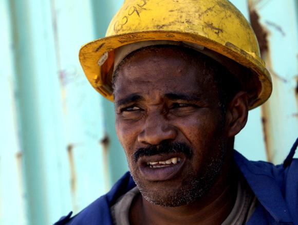 Jorge Prades Sayú, estibador de la base de contenedores perdio su casa, y lleva 9 dias, viviendo y trabajando en el puerto de Santiago de Cuba. Foto: Ismael Francisco/Cubadebate.