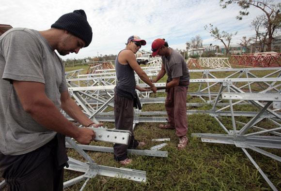 Brigada de Radio Cuba de Granma ayuda a reponer Torre en Santiago. Foto: Ismael Francisco/Cubadebate.