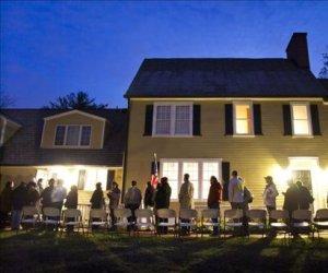 Habitantes de New Hampshire hacen cola antes del amanecer para ejercer su derecho al voto en las elecciones a la Presidencia de Estados Unidos. Foto: EFE