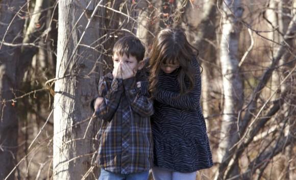 Dos alumnos del colegio de Sandy Hook, después del tiroteo que ha acabado con varios de sus compañeros. Foto: Reuters.
