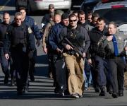 Policías en las cercanías del colegio Sandy Hook de Newtown, Connecticut. Foto: Reuters.