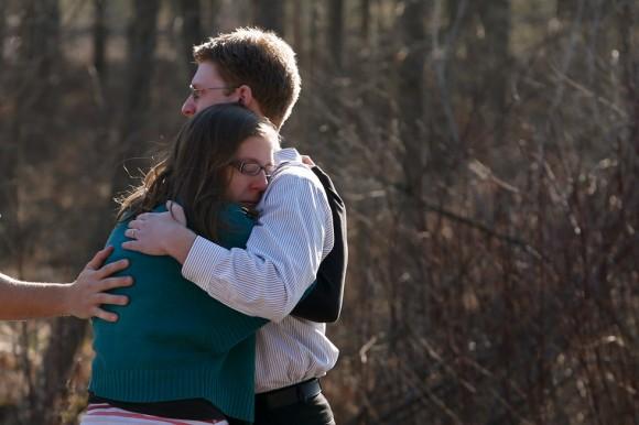 Familiares de alumnos del colegio Sandy Hook lloran a las puertas del centro educativo. Foto: Reuters.