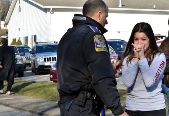 Una mujer espera información sobre su hermana, profesora en el colegio Sandy Hook de Newtown. AP.