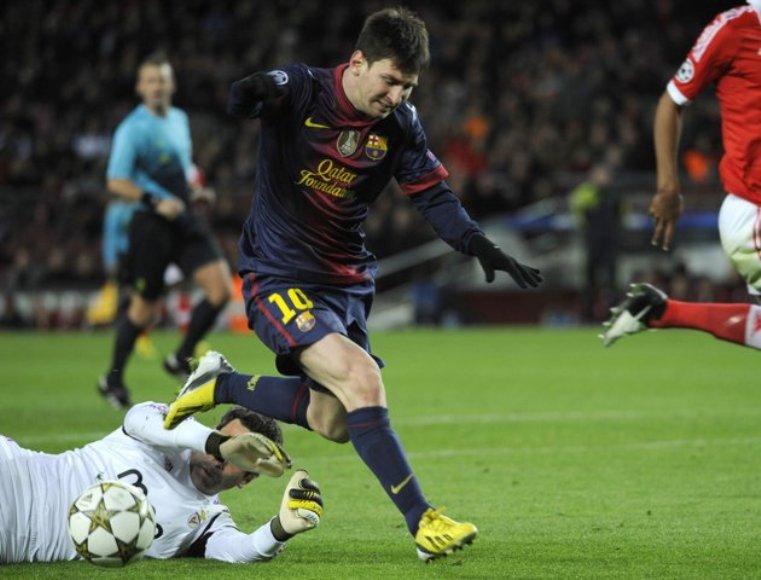 Lionel Messi sufre una lesión durante un partido frente al Benfica. FOTO: REUTERS