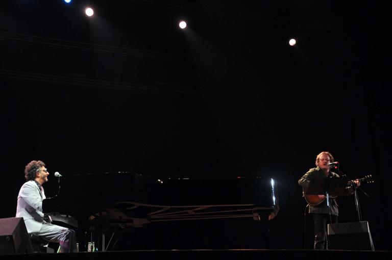 El músico argentino, Fito Páez (izq.), junto al músico italiano, Zucchero (der.), durante un concierto celebrado en el teatro Karl Marx en La Habana, Cuba, el 5 de diciembre de 2012. FOTO: Abel Ernesto/AIN