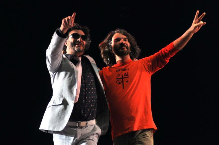El músico argentino, Fito Páez (izq.), junto al músico cubano, Santiago Feliú (der.), durante un concierto celebrado en el teatro Karl Marx en La Habana, Cuba, el 5 de diciembre De 2012. FOTO: Abel Ernesto/AIN