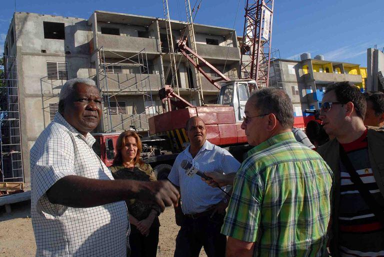 Esteban Lazo Hernández (I), miembro del Buró Político, y vicepresidente del Consejo Estado de Cuba, visitó lugares de importancia económico y social de la ciudad de Santiago de Cuba. FOTO: Miguel Rubiera Justiz/AIN