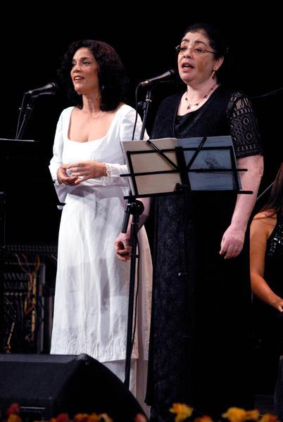 La soprano Bárbara Llanes(I) y María Felicia Pérez Arroyo(D), directora de Coro, durante el Concierto Misa Cubana, del reconocido compositor cubano José María Vitier, en el Teatro Tunas, de la provincia Las Tunas, el 11 de diciembre de 2012, como parte de una gira que comenzó el autor por varias localidades del oriente del país. Foto: Yaciel Peña/AIN.