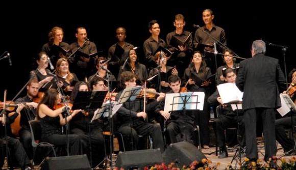 """José María Vitier (D), en el concierto """"Misa Cubana"""", en el Teatro Tunas, como parte de una gira que comenzó el autor por varias localidades del oriente del país, el 11 de diciembre de 2012. Foto: Yaciel Peña/AIN."""