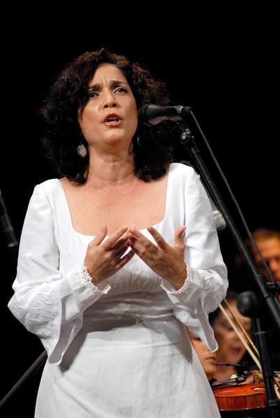 La soprano Bárbara Llanes, durante el Concierto Misa Cubana, del reconocido compositor cubano José María Vitier, en el Teatro Tunas, de la provincia Las Tunas, el 11 de diciembre de 2012, como parte de una gira que comenzó el autor por varias localidades del oriente del país. Foto: Yaciel Peñá/AIN.