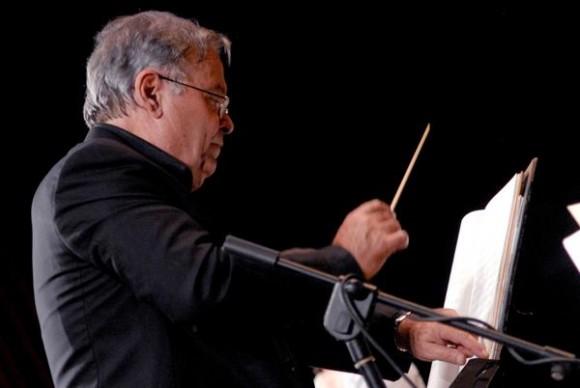 """José María Vitier, en el concierto """"Misa Cubana"""", en el Teatro Tunas, como parte de una gira que comenzó el autor por varias localidades del oriente del país, el 11 de diciembre de 2012. Foto: Yaciel Peña/AIN."""
