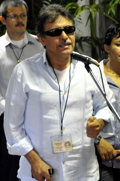 El Comandante Jesús Santrich, representante de las FARC-EP, ofrece declaraciones a la prensa minutos antes de continuar las conversaciones de paz que sostienen con el gobierno colombiano, en el Palacio de las Convenciones, en La Habana, Cuba. 19 de diciembre de 2012. Al fondo integrantes de la guerrilla. Foto: Marcelino Vázquez/AIN.
