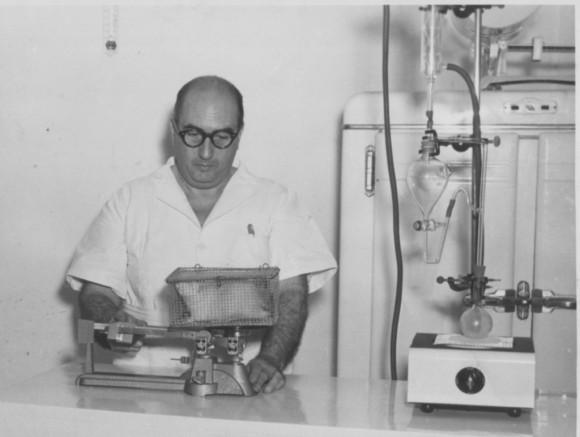 En 1925 se convierte en el primer latinoamericano en recibirse como especialista en Radiología y Radiodiagnóstico. En 1927 con 26 años se gradúa de Doctor en Medicina en La Sorbona.