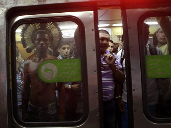 Brasil: Un indígena toma el metro para asistir a la Cumbre Río+20. Foto: REUTERS/Ricardo Moraes.