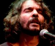 Santiago en sentida interpretación. Foto: Alejandro Ramírez Anderson.
