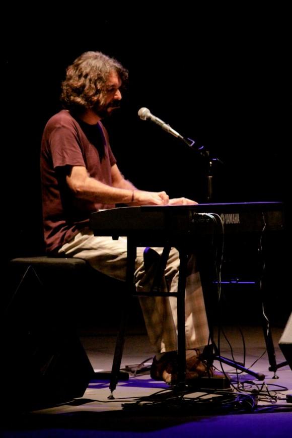 """""""Me caía mejor cuando nada más era guitarrista. ¡Ahora es también pianista!"""", bromeó Frank. Foto: Alejandro Ramírez Anderson."""