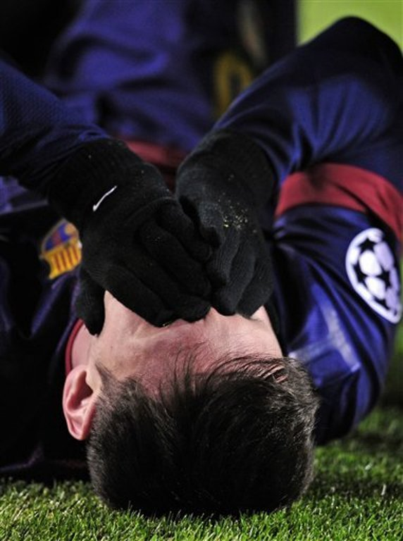 Lionel Messi sufre una lesión durante un partido frente al Benfica. FOTO: AP