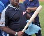 Con júbilo recibieron los jugadores de Industriales los bates diseñados por Gerardo Hernández Nordelo y fabricados por su amigo canadiense Bill Ryan. Foto: Ricardo López Hevia