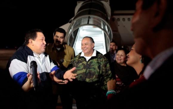El presidente de la República, Hugo Chávez, regresó en horas de la madrugada al país y fue recibido en el Aeropuerto Internacional de Maiquetía por su tren ministerial.