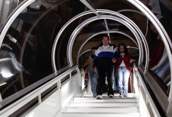 El presidente de la República, Hugo Chávez, regresó en horas de la madrugada al país acompañado por sus hijas