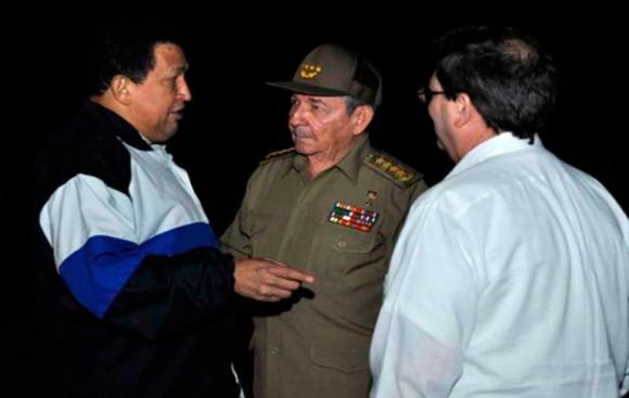 """Raúl Castro, Presidente de los Consejos de Estado y de Ministros de Cuba y Bruno Rodríguez, canciller cubano despiden en el aereopuerto internacional """"José Martí"""" a Hugo Chávez"""
