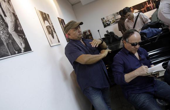 Los artistas  plasticos cubanos, Nelson Dominguez, y Roberto Fabelo, participan en encuentro de artistas e itelectuales cubanos, por la Libertad de los Cinco. Foto: Ismael Francisco/Cubadebate.
