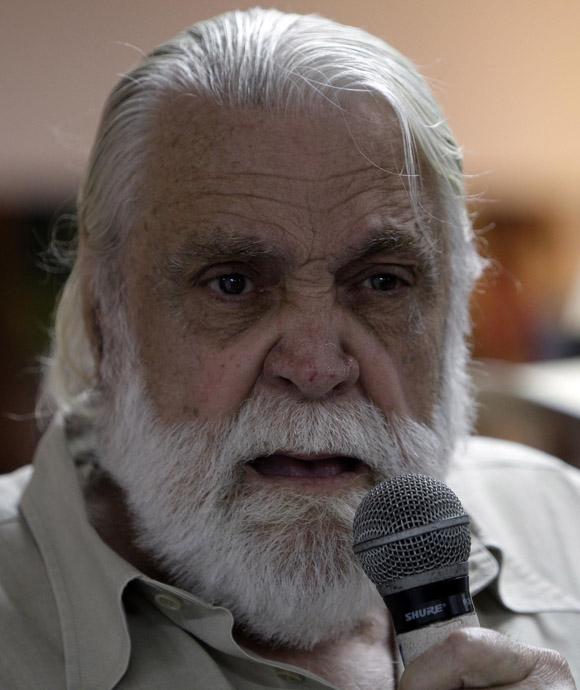 El escritor Daniel Chavarría, intervine en  encuentro de artistas e itelectuales cubanos, por la Libertad de los Cinco. Foto: Ismael Francisco/Cubadebate.