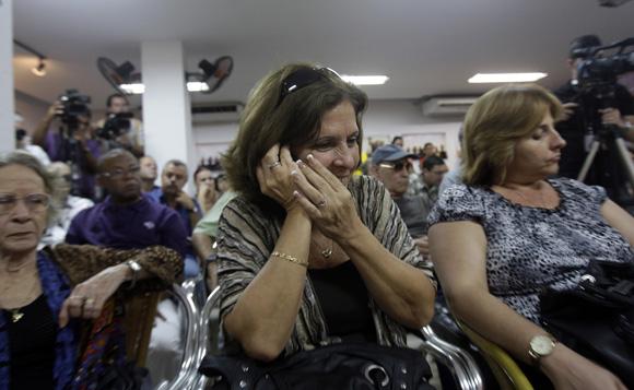 Olga Salanueva, recibe llamada telefonica de su esposo René Gonzalez, durante el encuentro de artistas e itelectuales cubanos, por la Libertad de los Cinco. Foto: Ismael Francisco/Cubadebate.