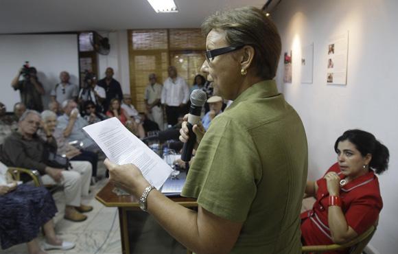Maruchi Guerrero, hermana de Antonio Guerrero, cubano preso en Estados  Unidos, lee mensaje durante el  encuentro de artistas e itelectuales cubanos, por la Libertad de los Cinco. Foto: Ismael Francisco/Cubadebate.