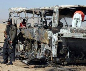 Un autobús destrozado por la explosión de una bomba al paso de unos peregrinos chiíes este domingo a unos 30 km de Queta, al suroeste de Pakistán, donde hubo al menos 19 muertos. Foto AFP