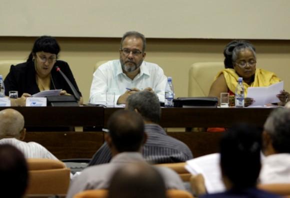 Diputados cubanos debaten en La Habana sobre el fortalecimiento de mecanismos de la democracia participativa en Cuba, como la rendición de cuenta de los concejales ante sus electores.