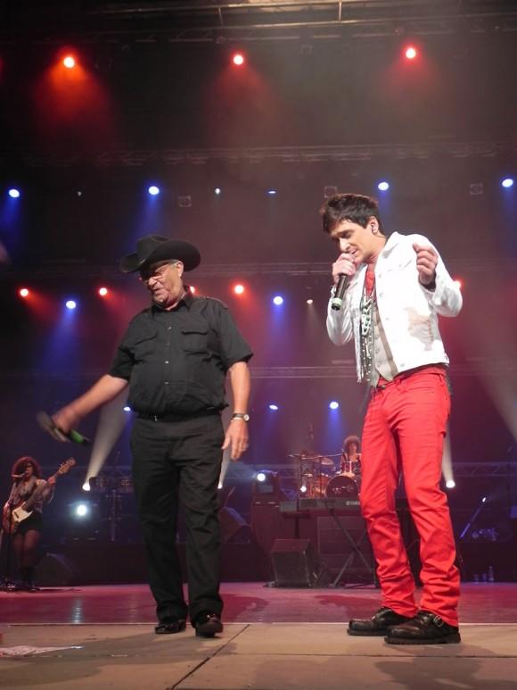 """David Blanco con Eliades Ochoa en el Concierto """"El nuevo mundo"""" en el Teatro Karl Marx, 22 de diciembre de 2012. Foto: Marianela Dufflar/Cubadebate"""