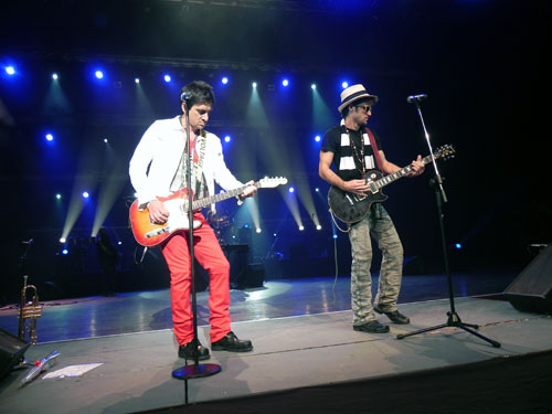 """David Blanco con su hermano Ernesto en el Concierto """"El nuevo mundo"""" en el Teatro Karl Marx, 22 de diciembre de 2012. Foto: Marianela Dufflar/Cubadebate"""