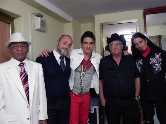 David con sus invitados en el camerino del Teatro Karl Marx antes de entrar a escena. Foto: Marianela Dufflar/Cubadebate