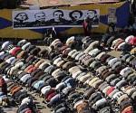 Un grupo de opositores, orando en la Plaza Tahrir. Foto: EFE.