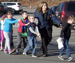 Niños son evacuados de escuela de Connecticut donde ocurrió el tiroteo