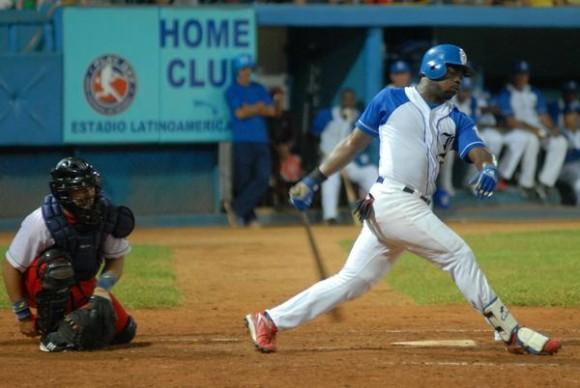 Primer juego de Béisbol correspondiente a la subserie particular entre los equipos de Industriales y Santiago de Cuba, correspondiente a la serie Nacional Numero 52, desarrollado en el Estadium Latinoamericano con Victoria de los Industriales de tres carreras por dos, en La Habana, Cuba , el 18 de diciembre de 2012. AIN    FOTO/Modesto GUTIERREZ CABO