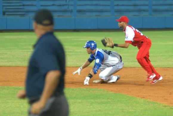rimer juego de Béisbol correspondiente a la subserie particular entre los equipos de Industriales y Santiago de Cuba, correspondiente a la serie Nacional Numero 52, desarrollado en el Estadium Latinoamericano con Victoria de los Industriales de tres carreras por dos, en La Habana, Cuba , el 18 de diciembre de 2012. AIN    FOTO/Modesto GUTIERREZ CABO