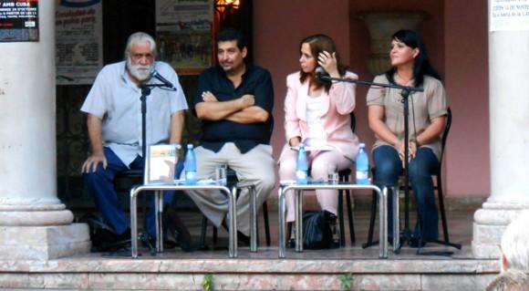 De izquierda a derecha, Daniel Chavarría, Iroel Sánchez, Rosa Miriam Elizalde y Diana Lio. Foto: Cubahora.