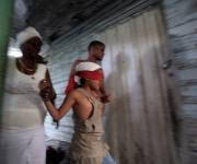 Una niña es conducida, para el rayamiento, que es la ceremonia de iniciación en la religión de Palo Monte Mayombe. Foto: Ismael Francisco/Cubadebate.